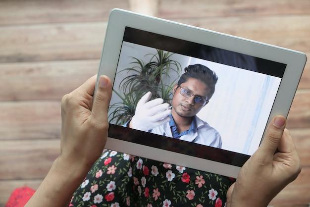 若い女性は専門家からオンラインで医療相談を受けます。