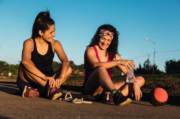 休憩時間に笑う若い女性ランナー