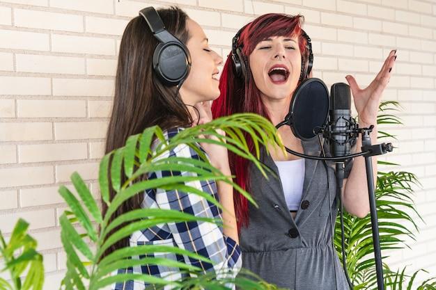 一緒に大声で歌う若い女性