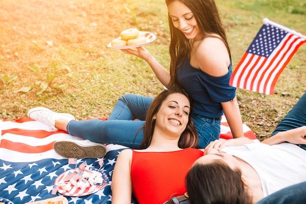 Giovani donne che passano il tempo nel parco