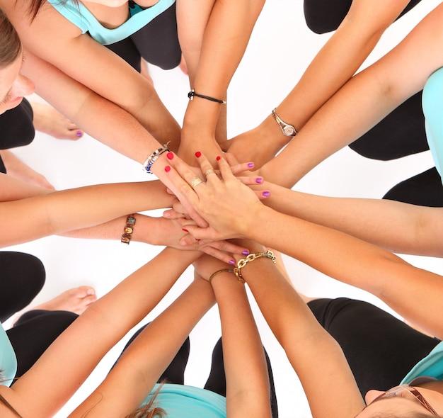 원 안에 서서 그들의 손을 결합하는 젊은 여성