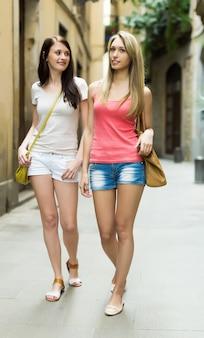 都市で散歩している若い女性