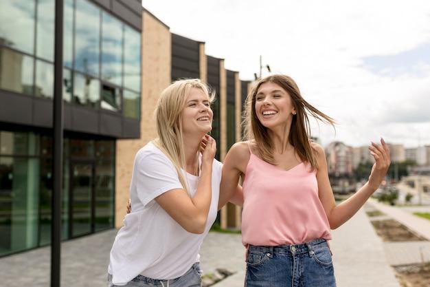 街を散歩する若い女性
