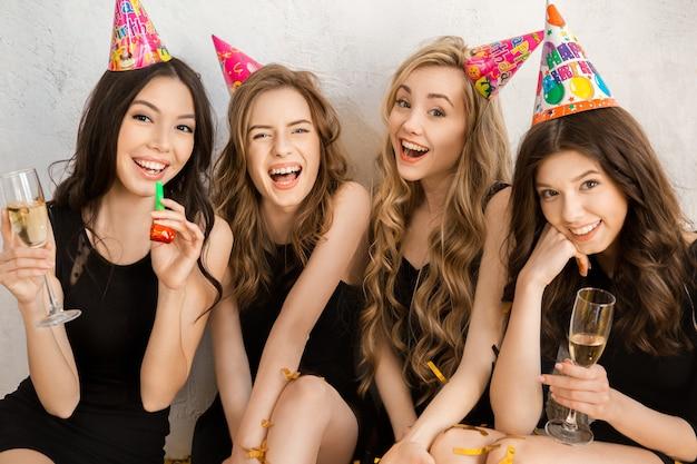 白で隔離の誕生日を一緒に祝う若い女性
