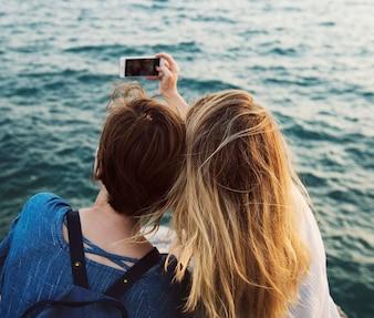 若い女性が一緒に旅行するコンセプト