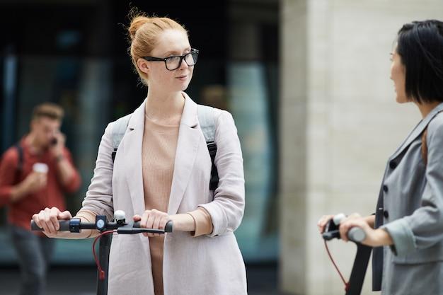 Молодые женщины, путешествующие по городу
