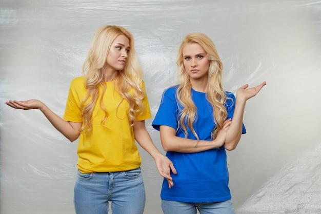 黄色と青のtシャツを着た若い女性ボランティアが、ポリエチレンとプラスチックの使用に反対する運動をしています。廃棄物のリサイクルの概念