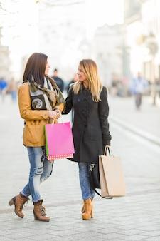 Молодые женщины гуляют по улице