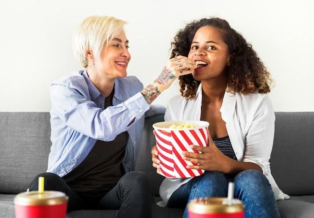 Молодые женщины вместе смотрят фильм