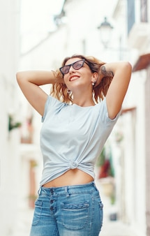路上でtシャツとジーンズを着ている若い女性