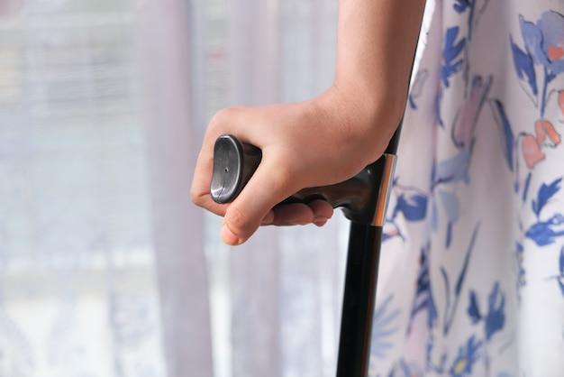 松葉杖で足を骨折した若い女性