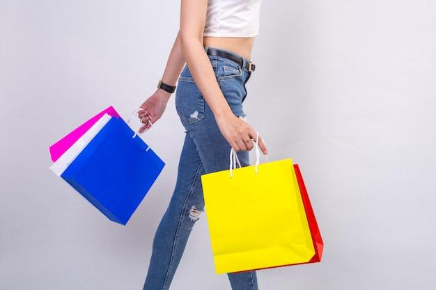 흰색 바탕에 쇼핑 젊은 여성
