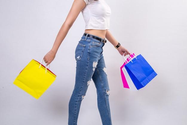 白い背景で買い物をする若い女性