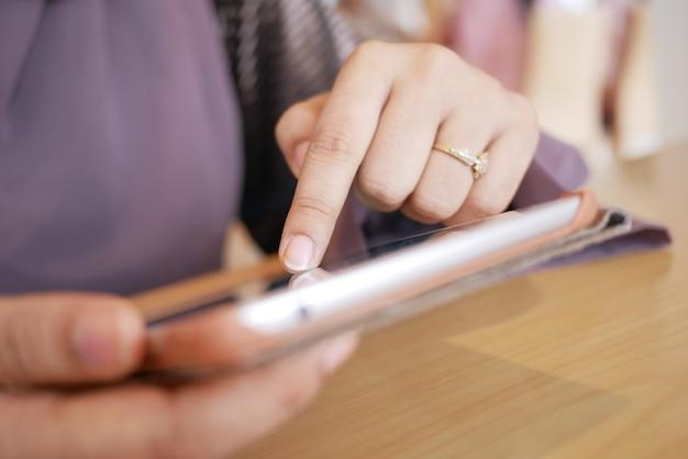 사무실에서 디지털 태블릿으로 일하는 젊은 여성