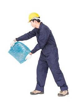 Молодой рабочий в униформе держит ход или корзину в форме ракушки - строительные инструменты, вырезанные на белом фоне