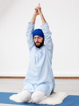 Молодой человек йог делает расширение