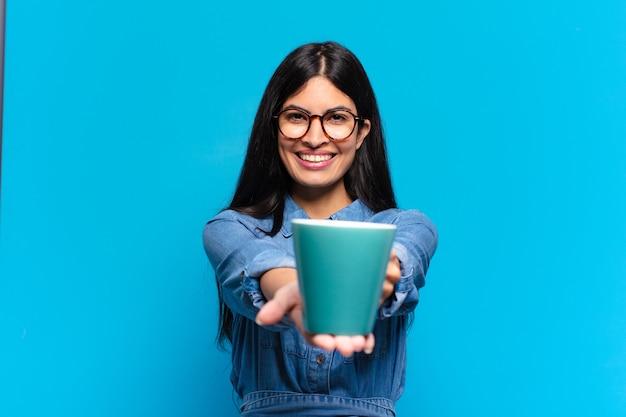 젊은 젊은 히스패닉 여자는 커피를 마시고