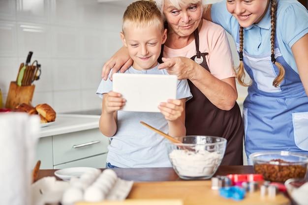 할머니에게 기술을 전수하는 젊은 세대