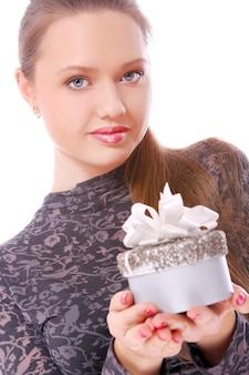 Youngl женщина с небольшой подарочной коробкой в руках