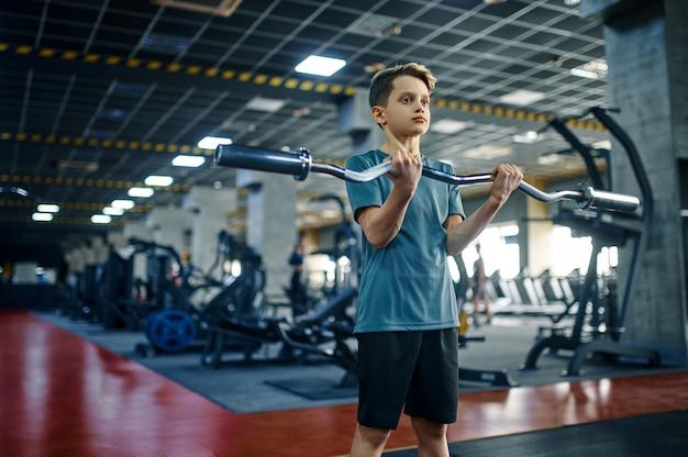 체육관에서 바 운동을 하 고 젊은이. 스포츠 클럽, 건강 관리 및 건강한 라이프 스타일, 운동 모범생, 낚시를 좋아하는 청소년의 체력 훈련에 소년