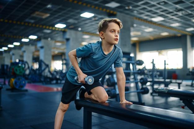체육관에서 벤치에 아령으로 운동을 하 고 젊은이. 스포츠 클럽, 건강 관리 및 건강한 라이프 스타일 훈련, 운동 모범생, 낚시를 좋아하는 청소년