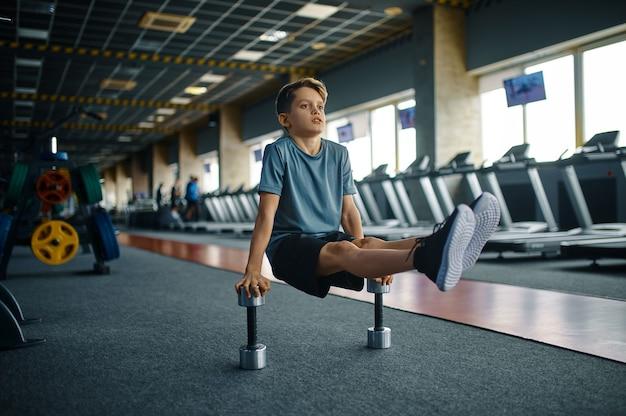 체육관에서 아령으로 운동을 하 고 젊은이. 스포츠 클럽, 건강 관리 및 건강한 라이프 스타일, 운동에 모범생에서 체력 훈련에 소년