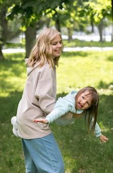 屋外のママと遊ぶ若者