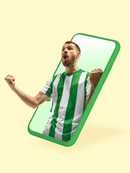 スマートフォンやその他のデバイス-現代のライフスタイルに必要なすべて。広告のコピースペース。ショッピング、商品の配送、オンラインショッピング、サービスのコンセプト。試合のオンラインストリーム中のサッカーファン。