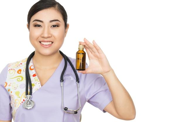 Ваши витамины здесь. портрет красивого азиатского врача, держащего таблетки лекарства