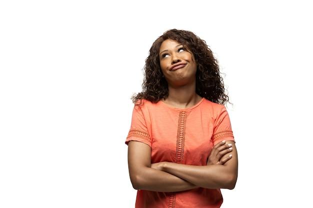 재미 있고 특이한 대중적인 감정과 몸짓을 가진 지루한 젊은 아프리카계 미국인 여성