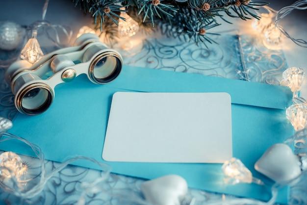 クリスマスの背景にオペラグラス、youtテキストのホワイトペーパー。