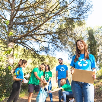 Молодежь очищает лес от мусора