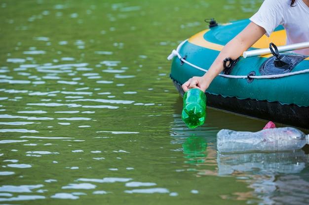 Молодежь собирает мусор в реке, концепция национального дня молодежи и всемирного дня окружающей среды.