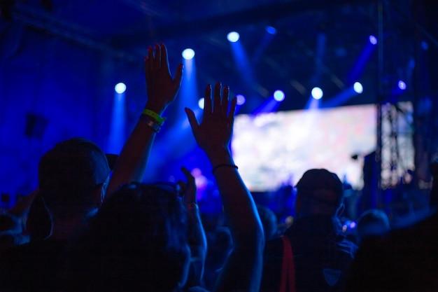 밤에 콘서트에서 춤을 추는 청소년