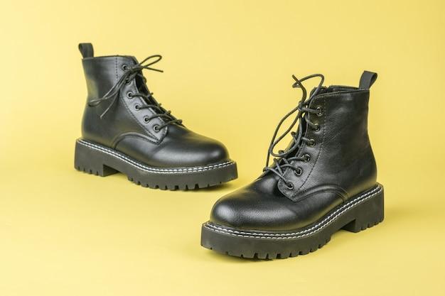노란색에 끈이 달린 청소년 가죽 신발. 거친 세련된 신발.