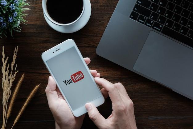 화면에 Youtube 앱이 있습니다. 프리미엄 사진