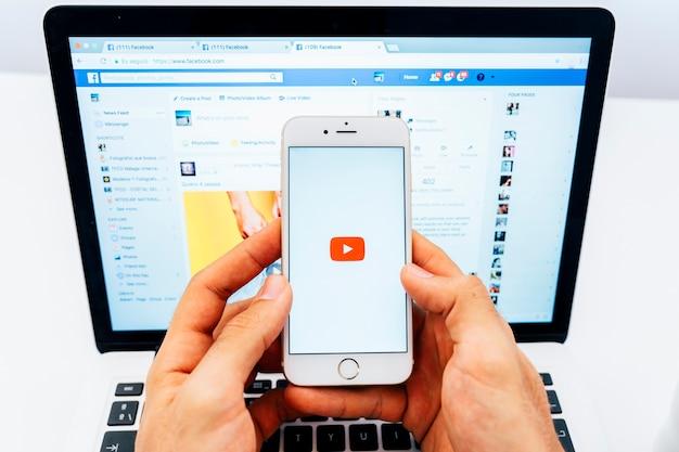 휴대폰의 유튜브와 노트북의 페이스 북