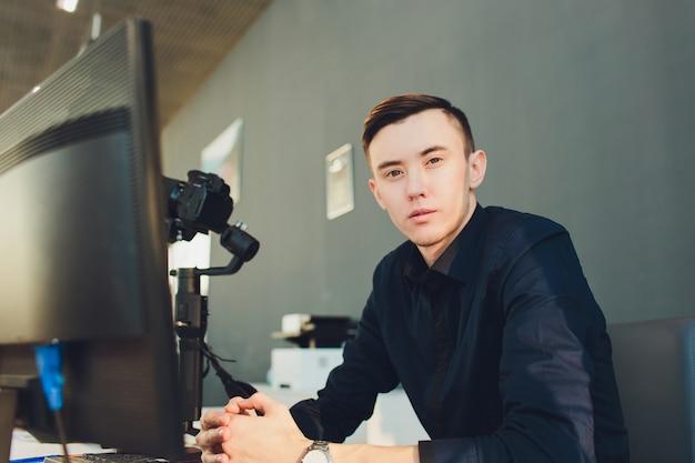 Youtuberまたはvloggerに付属するアクセサリーは、コンテンツビデオを作成します。ジンバルスタビライザーのカメラ設定。