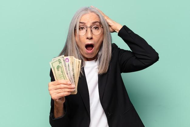 Ysenior довольно бизнесвумен с долларовыми банкнотами. концепция денег