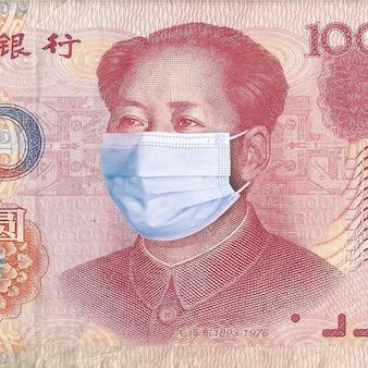 의료용 마스크에 마오쩌둥이 있는 위안화 지폐. 중국 코로나바이러스 개념. 코로나 바이러스 우한 사스 질병. 개념: 중국 검역, 세계 금융 위기