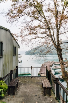 Yuchi郷の日月潭ロープウェイ駅近くの木の席と木の家