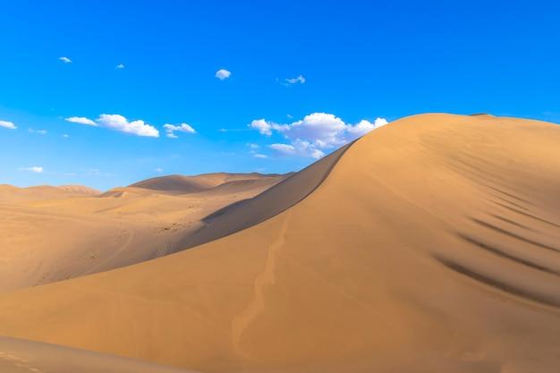 中国甘粛省敦煌市鳴沙山ユエヤクアン風景区。甘粛省敦煌月牙泉と鳴沙山、中国