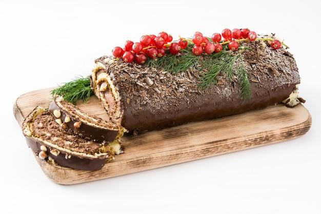 Торт рождества журнала yule шоколада при красная смородина изолированная на белой предпосылке.