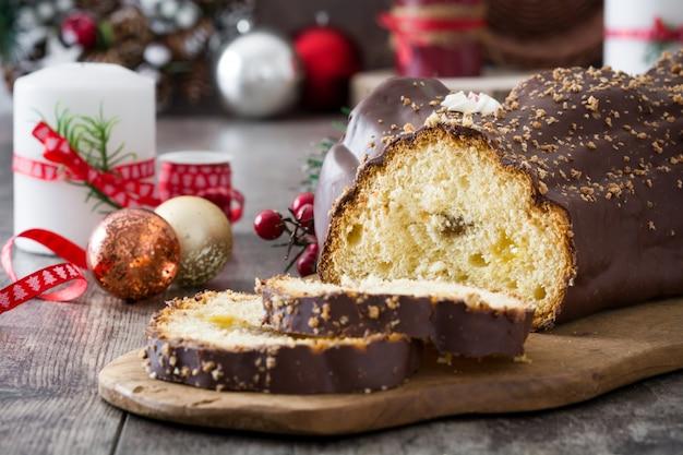 チョコレートyuleログクリスマスケーキと木製のクリスマス飾り