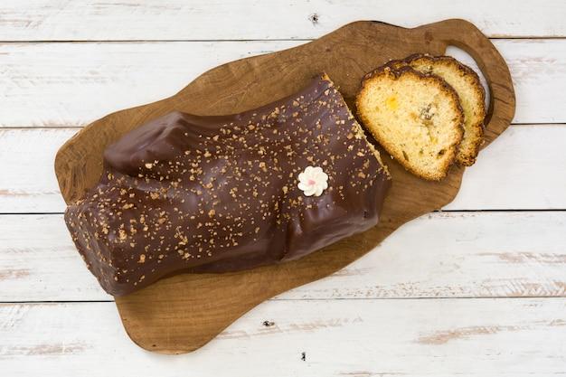 チョコレートyuleログクリスマスケーキと白い木製のクリスマス飾り