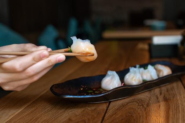 箸で美味しくて辛い餃子