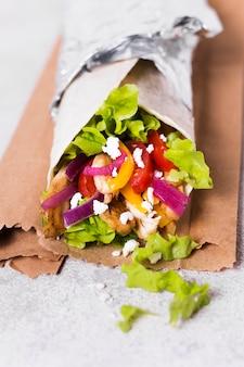 Вкусный сэндвич с арабским кебабом