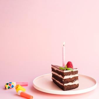 ピンクの背景においしい誕生日ケーキ