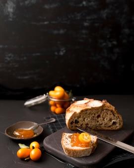 Gustosa colazione con pane e marmellata fatta in casa