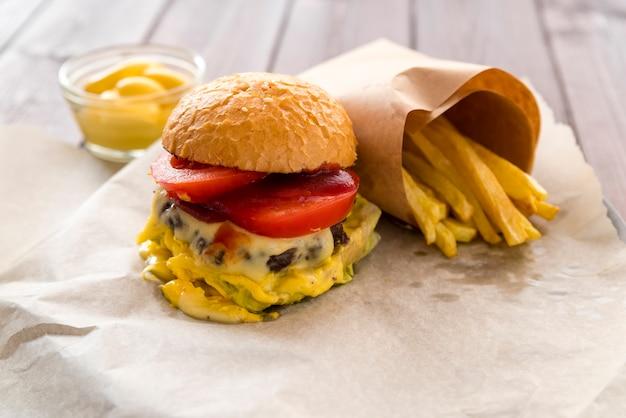 Вкусный чизбургер с картофелем фри